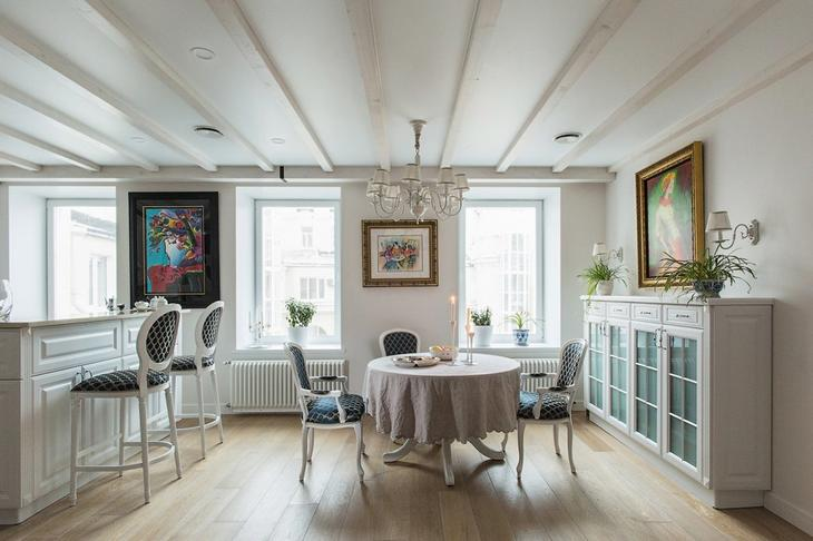 Квартира в старом доме с классической мебелью и плиткой азулежу