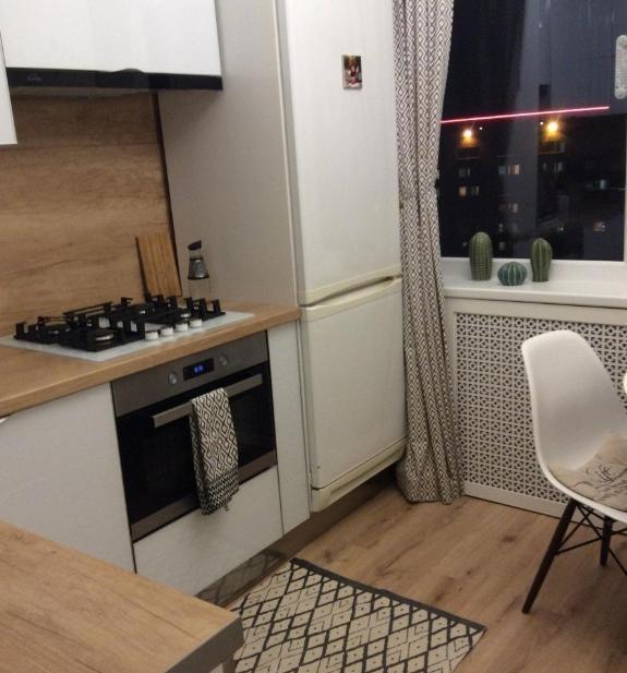 Небольшая глянцевая кухня