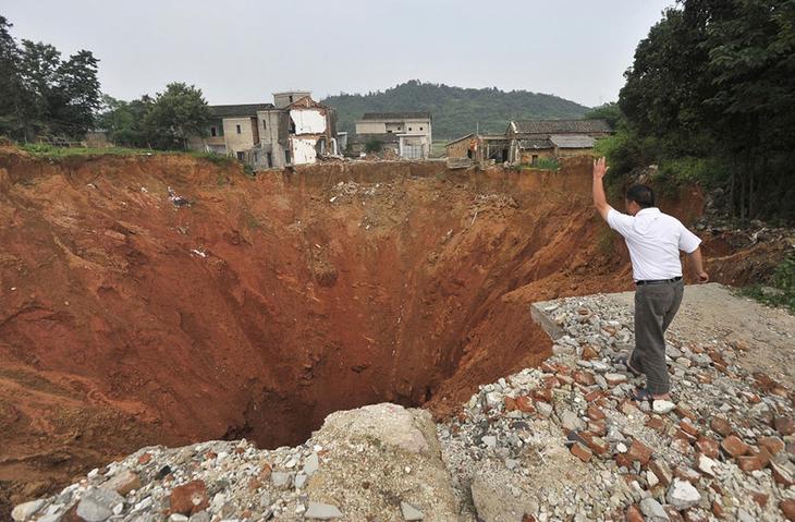 В провинция Хунань в 2010 году образовалась дыра - 150 метров в диаметре и 50 метров в глубину и уничтожила 20 домов. Ее появление осталось неразгаданным Фаты, дыры, земля, интересное, природа, провалы, страшно, удивительное