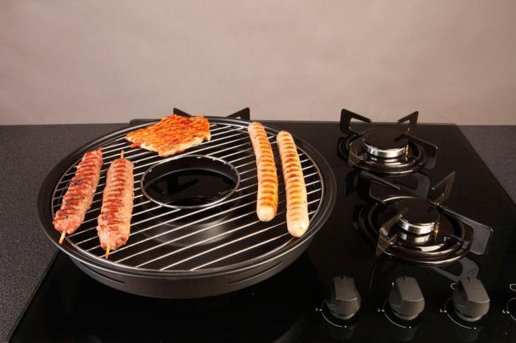 Сковорода с тефлоновым покрытием Антипригарное покрытие сковороды избавляет хозяйку от кучи проблем, зато может негативно сказаться на здоровье всей семьи. Высокая температура приводит к тому, что политетрафторэтилен (тот самый тефлон) начинает испарять токсичный газ, который затем впитывается в пищу. Заплатите чуть больше за сковородку из нержавеющей стали, здоровее будете.