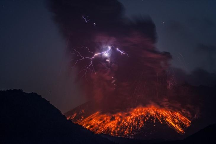 Сакурадзима В южной части японского острова Кюсю расположена гигантская вулканическая кальдера – Айра. Внутри самой кальдеры находятся японский город Кагосима и «молодой» вулкан Сакурадзима, возникший примерно 13 тысяч лет назад. Начиная с середины прошлого века, Сакурадзима не прекращал своей активности, постоянно выбрасывая клубы дыма из кратера. Жители Кагосимы буквально живут как на вулкане, поскольку извержение может начаться в любой момент. Несмотря на то, что непосредственно в его близи были построены специальные убежища, трудно сказать насколько серьезными будут последствия его извержения.