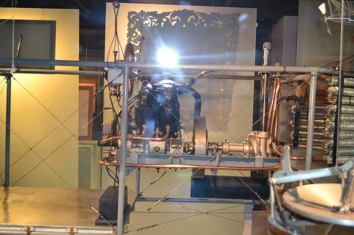 Двигательная установка дирижабля с бензиновым мотором водяного охлаждения на дирижабле XIX века – макет в натуральную величину