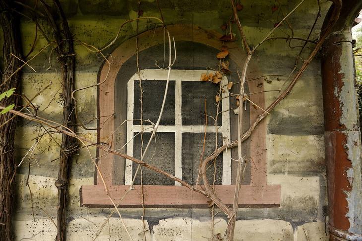 Кажется, что это дом, но на самом деле это бывший военный секретный бункер в городе Duggingen, Швейцария, 19 августа 2015. (Фото Arnd Wiegmann | Reuters)