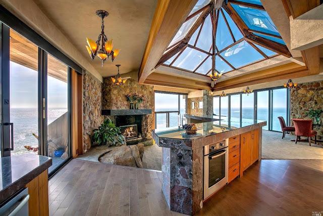 Красивый уютный дом на скале, построенный в 1964 на тихоокеанском побережье Калифорнии