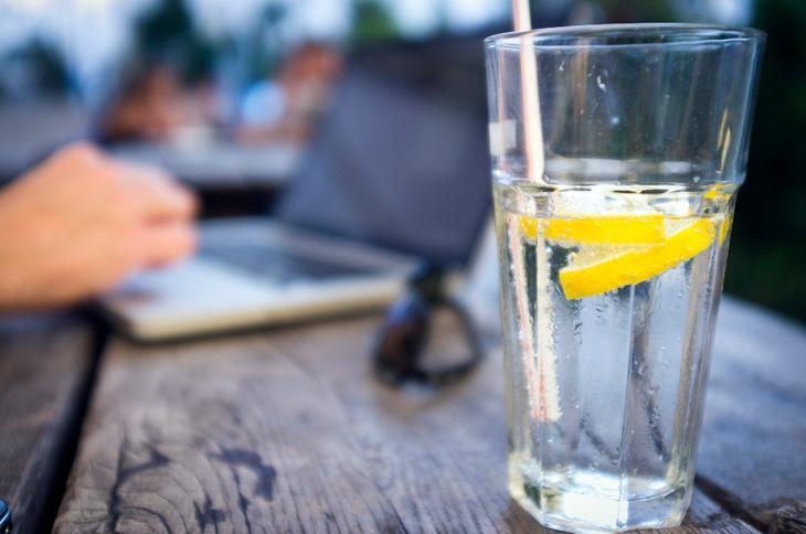 вода с лимоном бодрит