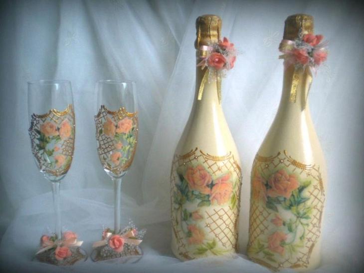 Бутылки и бокалы, украшенные лентами и цветами по технике декупаж