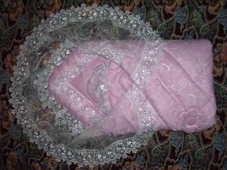 Розовый конверт для девочки с кружевами.