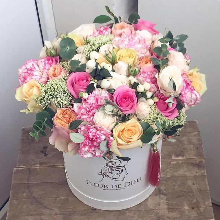 Коробка с пышным букетом из пионов и других цветов, зелени, ягод
