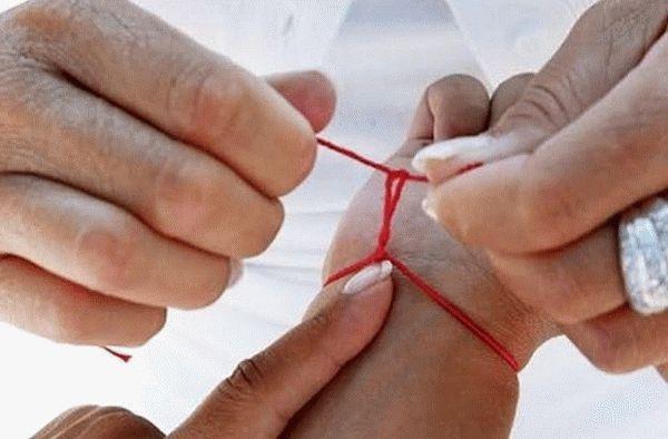 Красная нить на запястье: как завязать и какую молитву произносить