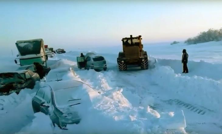 Полицейский Данил Максудов спас людей во время снежной бури под Оренбургом, отдав свою одежду