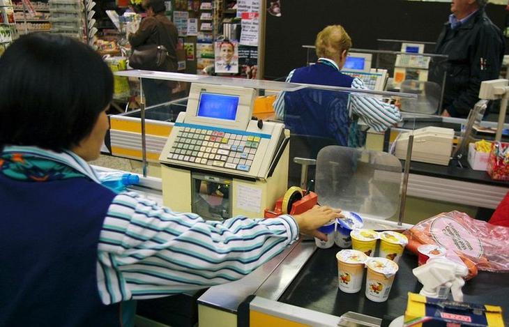 На полке супермаркета цена одна, а на кассе уже другая: как быть в такой ситуации