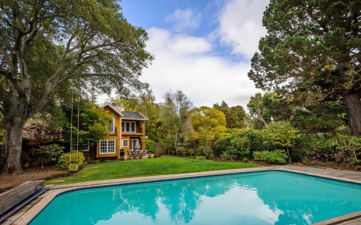 Уединенный классический дом среди красивый пышной растительности