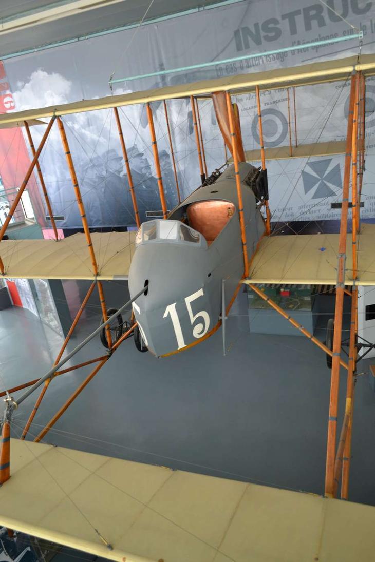 Самолет-разведчик французского производства Фарман MF VII. Очень распространенный аппарат во многих армиях того времени.В период мировой войны эта машина была поставлена из Франции для военной авиации Бельгии, а после войны была подарена правительством этой страны для установки в музей