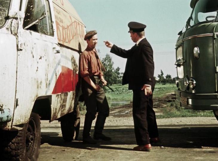 """Видна """"морда"""" еще одной Шкоды, на сей раз бортовой. Машина все той же 706-й серии. СССР, кино, королева бензокалонки"""