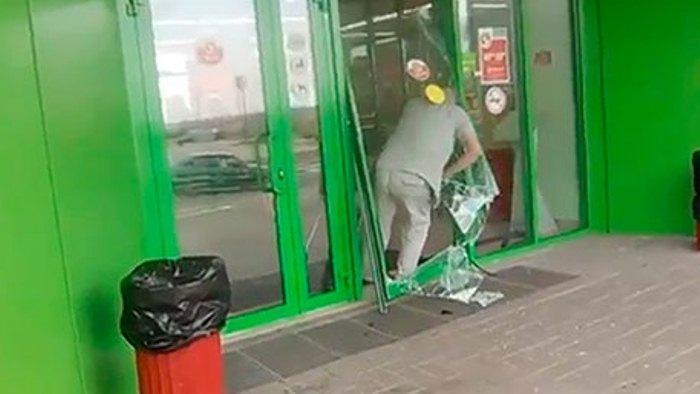 Что делать, если разбил стеклянную дверь в супермаркете, а сотрудники требуют за нее заплатить