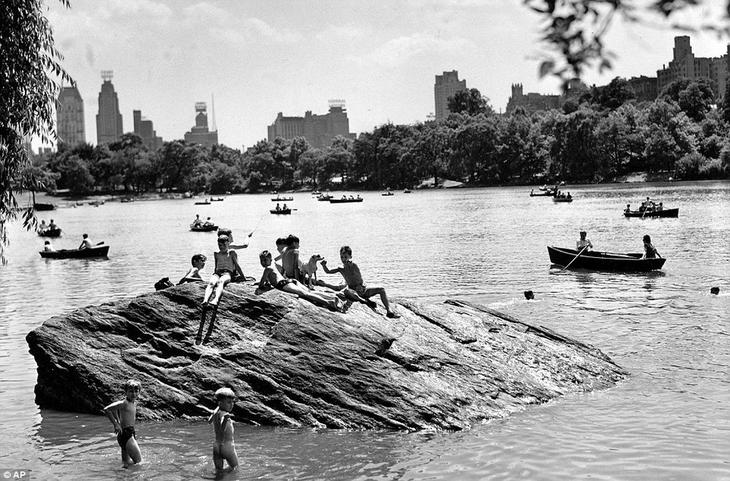 Дети купаются в Центральном парке, 1944 год. жара, история, кондиционер