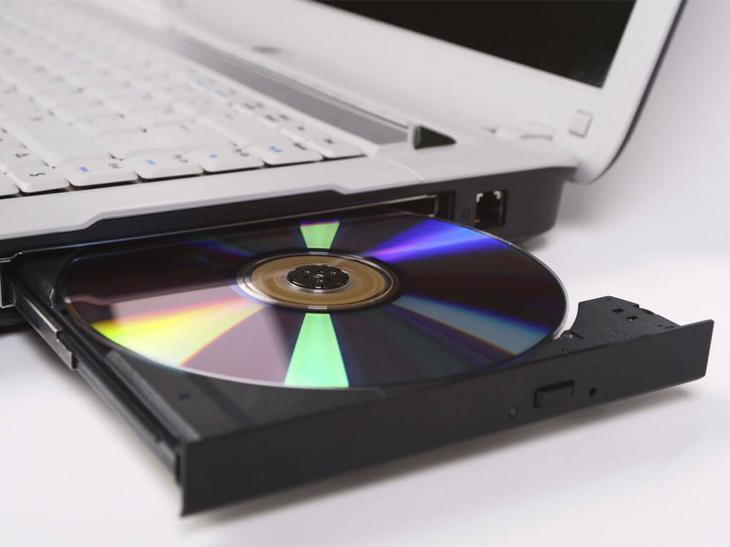 вынимаем-диск-из-привода