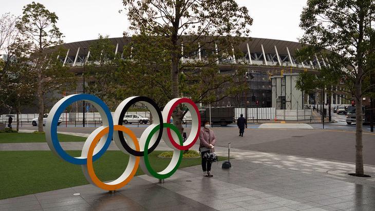 Олимпийские кольца у стадиона в Токио, Япония, 23 марта 2020 года
