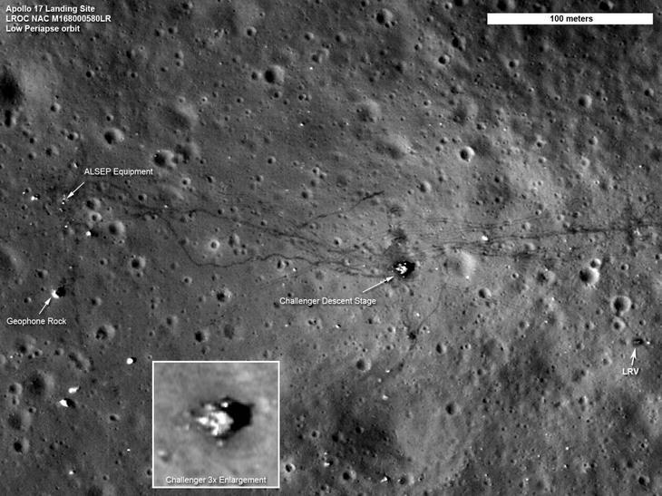 Один из снимков LRO. Место посадки экспедиции «Аполлон-17». На снимке: спускаемый модуль, оборудование для исследования лунной поверхности (ALSEP), следы колес лунного ровера и цепочки следов астронавтов / © wikimedia.org