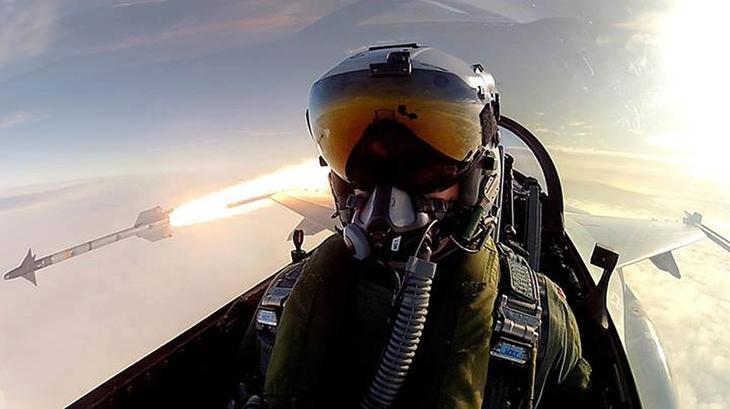 Danish fighter pilot fires a misile from F 16 jet Люси в небе с алмазами: селфи пилотов самолетов