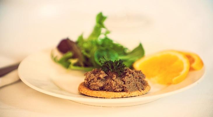 Рецепт нежного домашнего паштета из куриной печени со сливочным маслом.