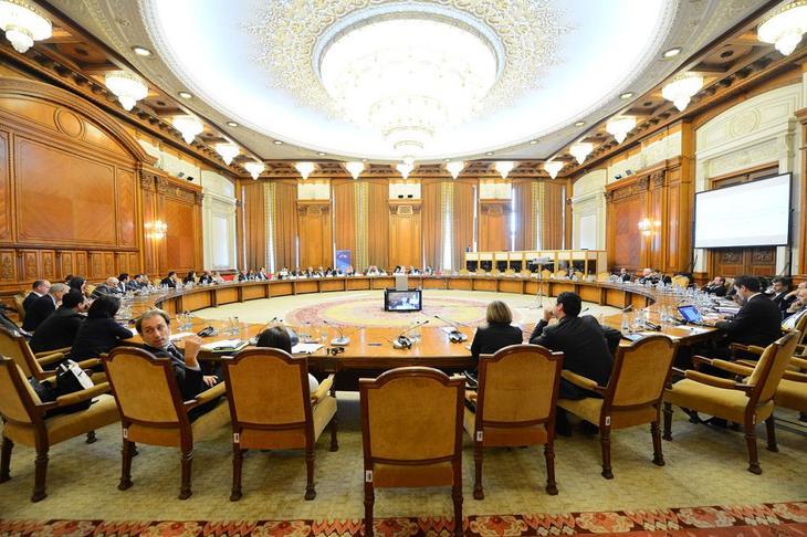 Люстры в одном из залов Дворца Парламента