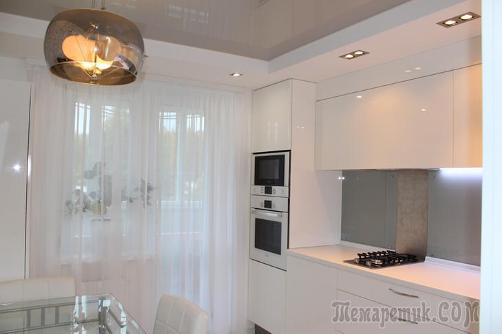 Белая кухня с элементами hi-tech