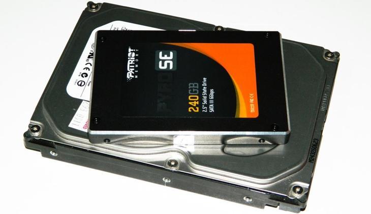 Рис.1. Компактные размеры SSD-диска даже по сравнению с компактным HDD для ноутбука