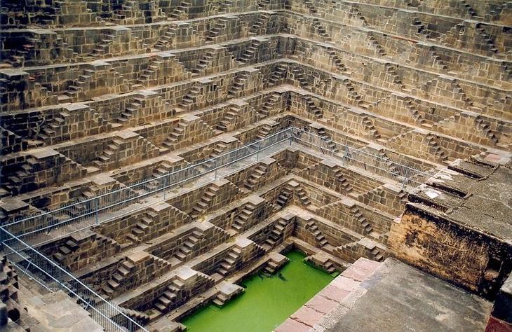 1. Чанд Баори совсем не похож на привычные нам колодцы. Хотя и здесь он требовал и требует обслуживания и периодического ремонта, как и другие колодцы.