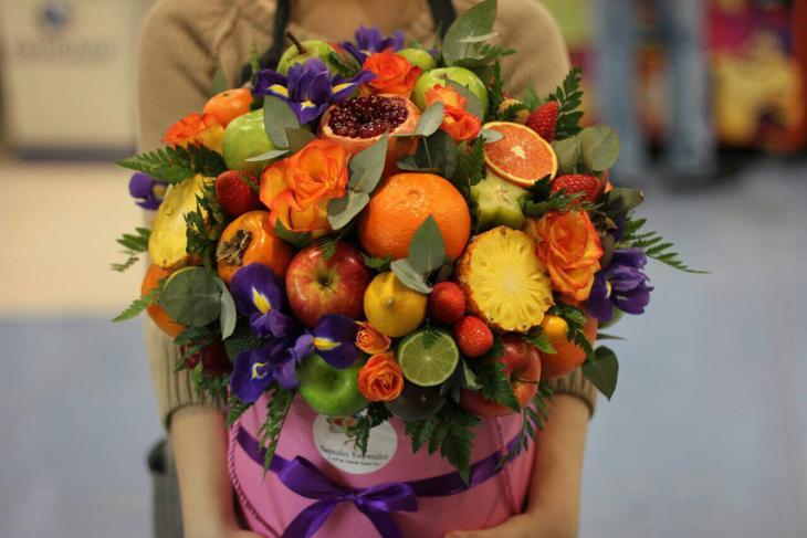 Яркий букет в коробке из цветов и фруктов