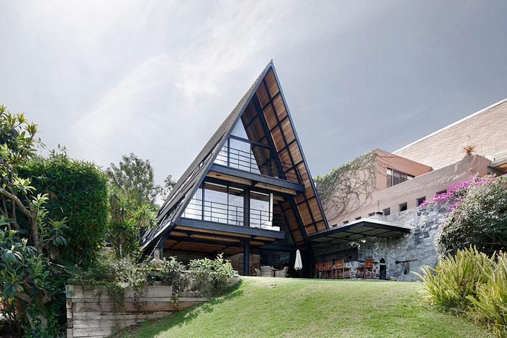 Уединенный современный дом у озера в Мексике