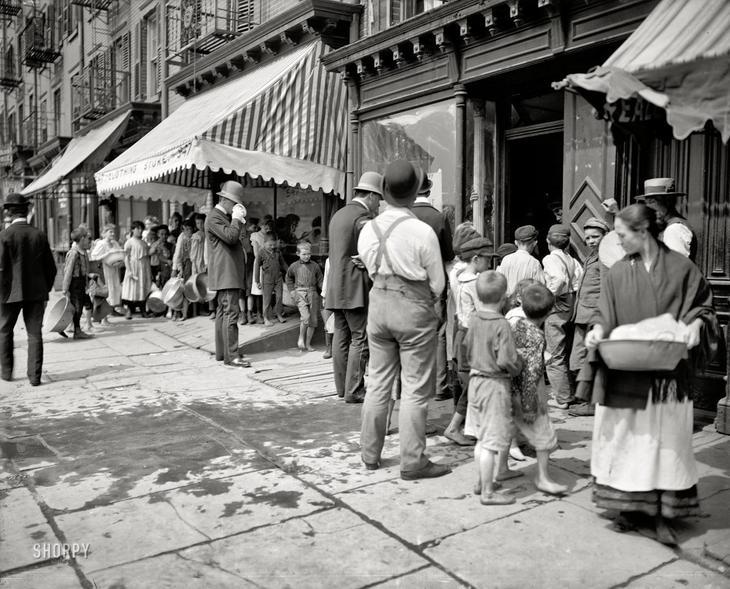 Очередь за бесплатным льдом во время особенно жарких дней. Нью-Йорк, 1900 год. жара, история, кондиционер
