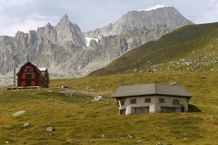 Замаскированный пулеметный бункер возле села Реальп в Швейцарии. (Фото Arnd Wiegmann | Reuters)