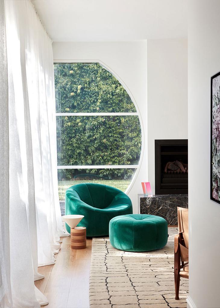 Фиолетовый диван и множество картин: неординарный интерьер в Австралии