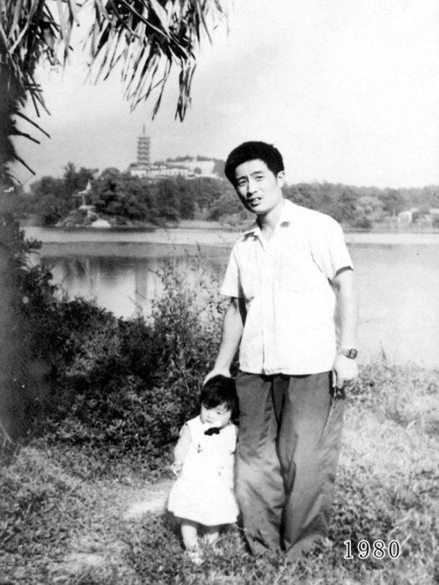 Папа с дочкой каждый год делают фото в одном и том же месте 40 лет подряд
