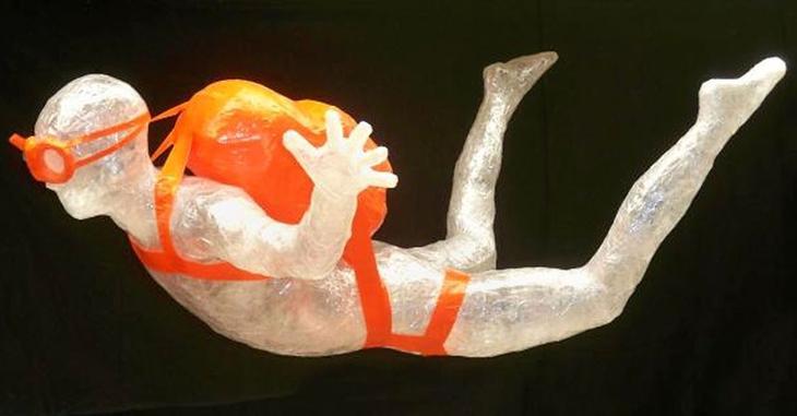 1 Jake Longenecker Свободное падение15 Лучшие работы конкурса скульптур из скотча Off the Roll 2012