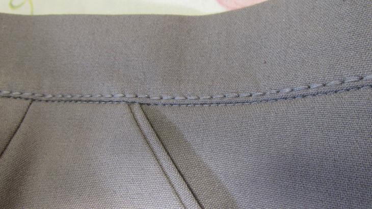 Пришитый пояс на женских брюках, выполненных своими руками