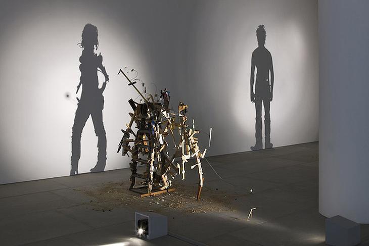 Shadow Sculptures 6 Невероятные скульптуры из груды мусора, света и тени