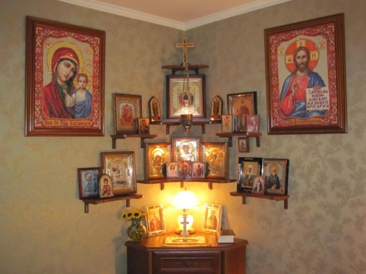 Молиться богу о прощении грехов можно дома перед иконами.