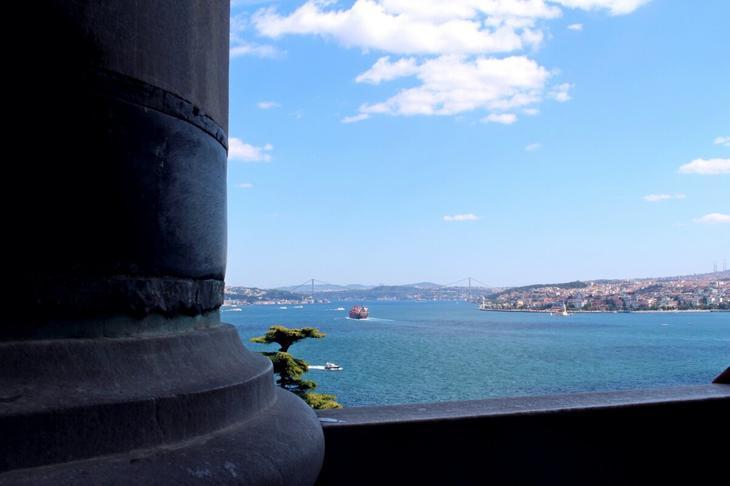 С балкона и террасы Топкапы открывается вид и на Золотой Рог (налево), и на Босфор (прямо), и на Мраморное море (направо)